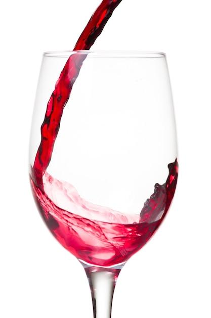 레드 와인은 흰 벽에 고립 된 유리에 부어 무료 사진