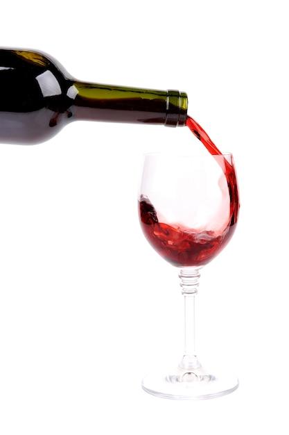 Vino rosso che versa nel bicchiere di vino Foto Gratuite