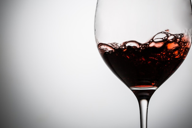 Red wine with bubbles in wineglass Premium Photo