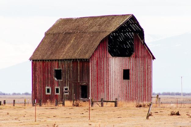 Красный деревянный сарай в большом поле Бесплатные Фотографии