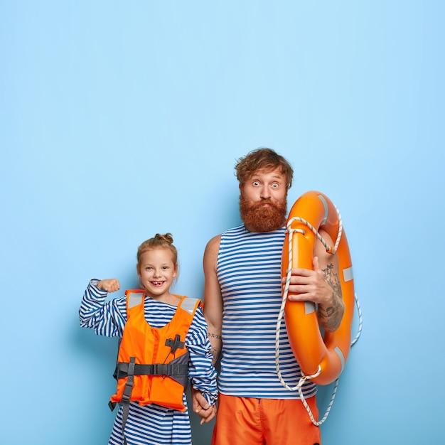 Redhaired 딸과 아버지는 수영 장비와 함께 포즈 무료 사진