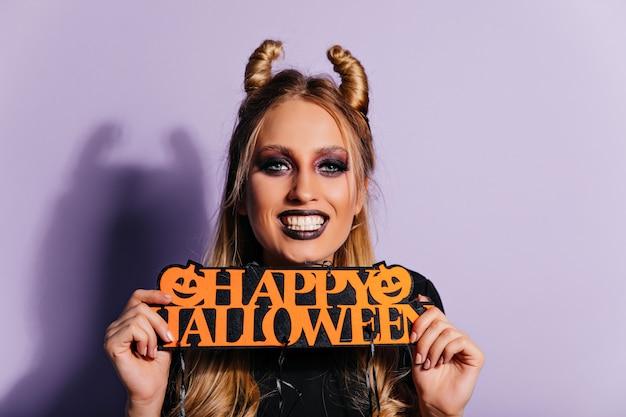 Утонченная белая девушка позирует с декором на хэллоуин. потрясающая стильная женщина готовится к вечеринке ужасов. Бесплатные Фотографии