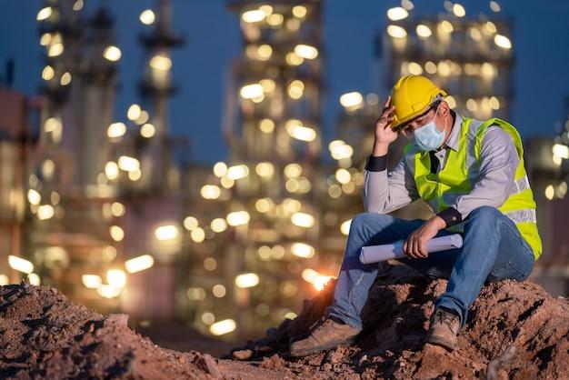 製油所業界のエンジニアが2019年に開始したコロナウイルス感染防御疾患、またはcovid-19mask失業のための悲しみ Premium写真