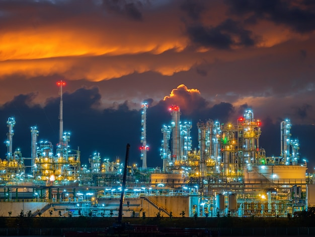 Refinery oli and gas industrial plant Premium Photo