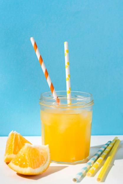 出される準備ができているさわやかなオレンジジュース 無料写真