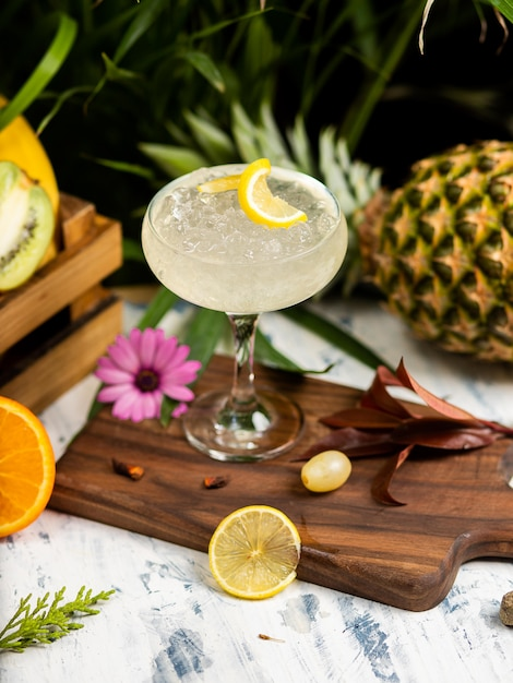Refreshing summer alcoholic cocktail margarita with crushed ice and citrus fruits Free Photo