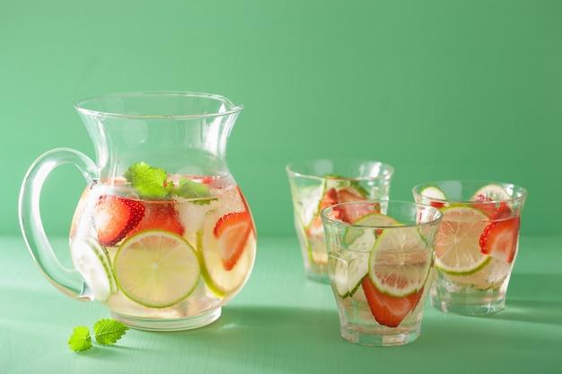 Освежающий летний напиток с клубнично-огуречным лаймом в баночке и бокалах Premium Фотографии