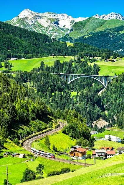オーストリアアルプスのブレンナー鉄道の地方列車 Premium写真