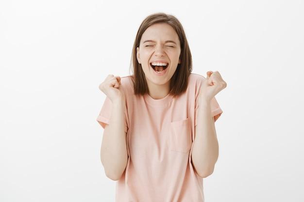 Gioire donna felice trionfante, raggiungere il successo e festeggiare, vincere il premio Foto Gratuite