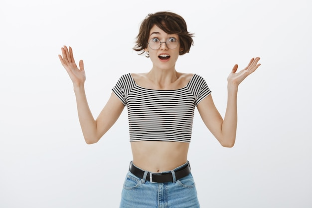 喜んで幸せな女性の手を上げる 無料写真