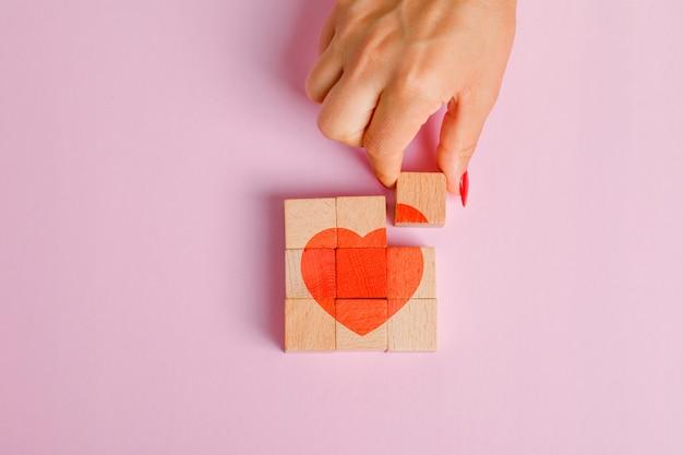 Концепция отношений плоской планировки. палец вытаскивая деревянный блок. Бесплатные Фотографии