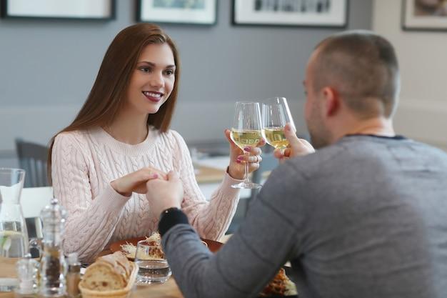 Relazione. coppia adorabile nella caffetteria Foto Gratuite