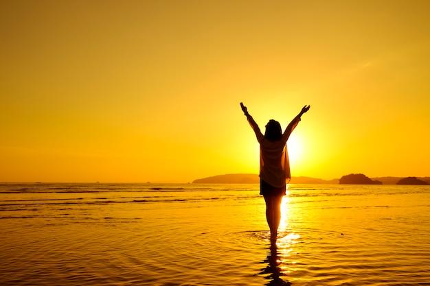 Relax женщина ищет море на пляже Бесплатные Фотографии