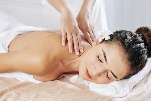 Расслабляющий массаж шеи Premium Фотографии