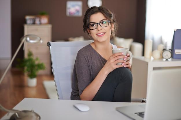ノートパソコンと一杯のコーヒーでリラックス 無料写真