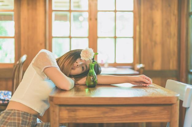 Расслабляющие женские портреты в кафе Premium Фотографии