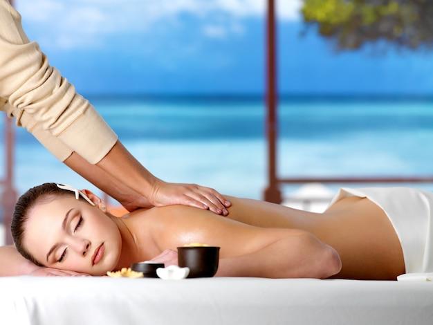 Donna rilassante in un resort con massaggio sano spa Foto Gratuite