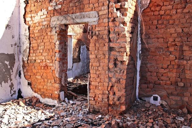 Resto di un vecchio edificio demolito Foto Gratuite