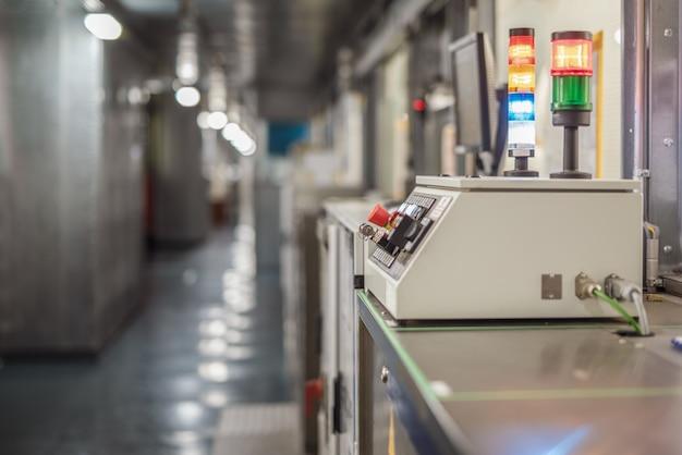 自動車工場のコンベアの遠隔操作。セレクティブフォーカス。工業用インテリア。 Premium写真