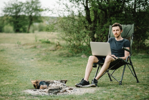 遠隔作業、夏の野外活動 Premium写真