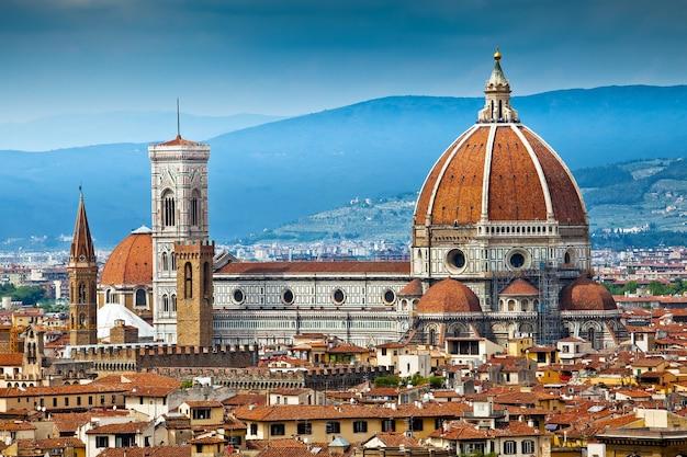 Собор эпохи возрождения санта-мария-дель-фьоре во флоренции, италия Premium Фотографии