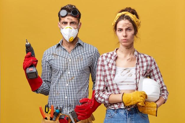 修理、建物、改修、家のコンセプト。自宅で修理をしている深刻なカップル 無料写真