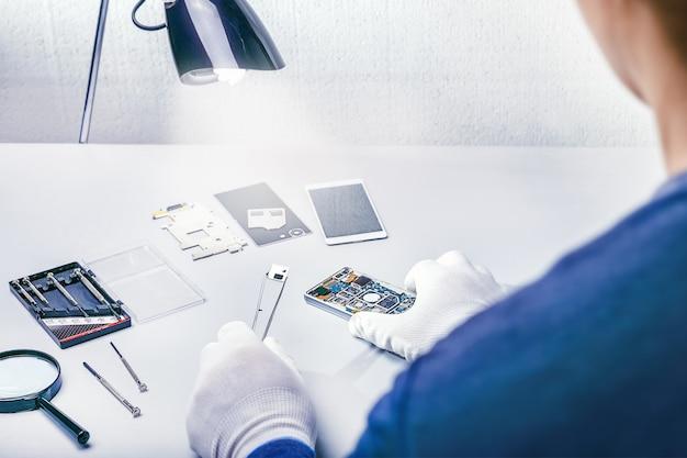Repairing a smartphone Premium Photo