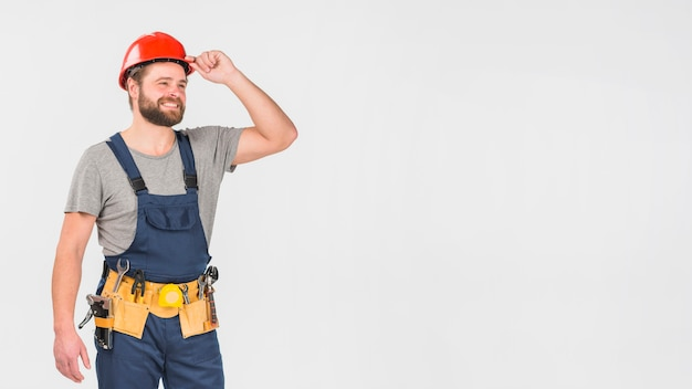 Ремонтник в общем и шлем смотрит в сторону Premium Фотографии