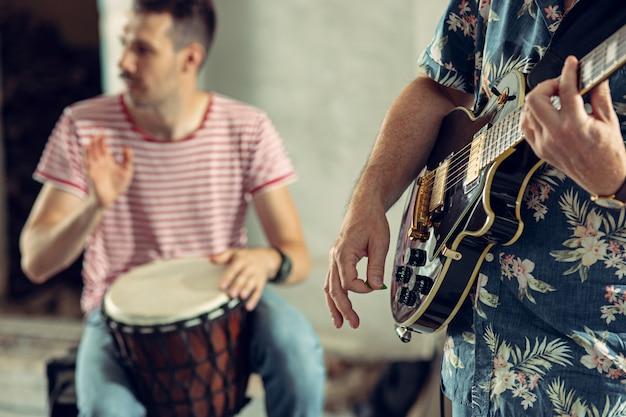 Повтор группы рок-музыки. электрогитарист и барабанщик Бесплатные Фотографии