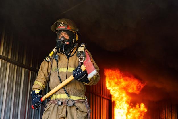 消防士の制服と酸素マスクの男を救出します。 Premium写真