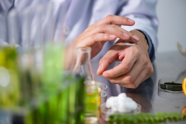 Research on natural extracts in laboratories Premium Photo