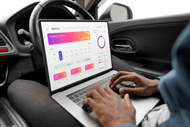 새로운 자율 주행 자동차 모델을 연구하는 연구원 무료 사진