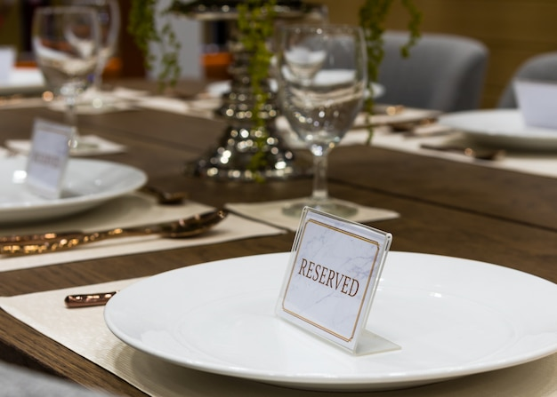 Reservation on a dinner table at the restaurant Premium Photo