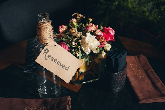 Reserved sign on a restaurant table Premium Photo