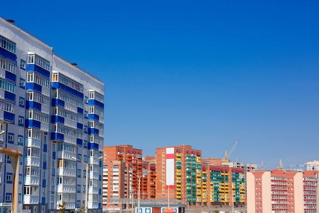 空を背景にした住宅やれんが造りの建物 Premium写真