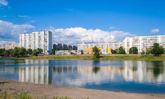 キエフの湖の上の住宅 Premium写真