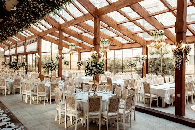 Restaurant ballroom ornated with flowers Free Photo