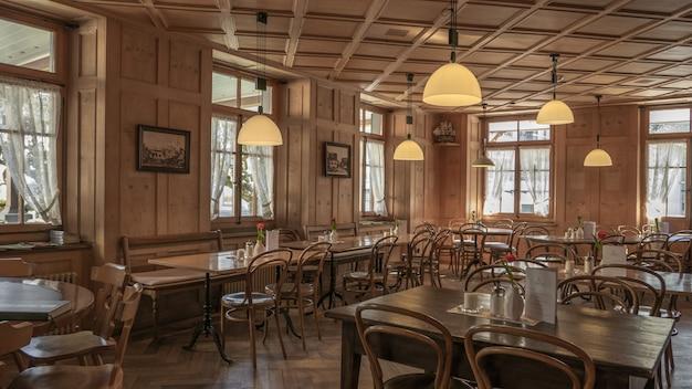 나무 의자와 테이블과 아름다운 전망을 갖춘 레스토랑 설정 무료 사진