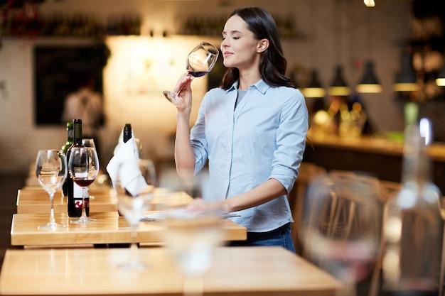 Sommelier del ristorante Foto Gratuite
