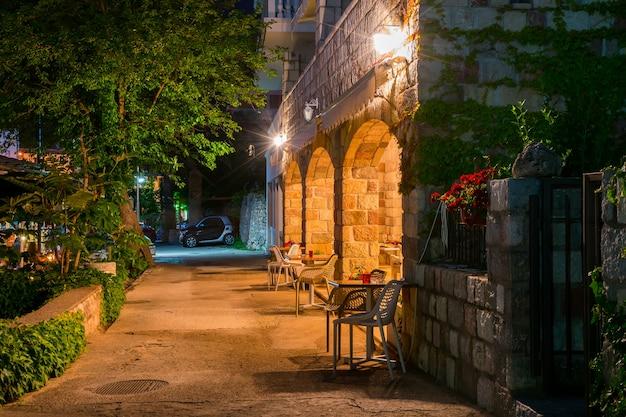 Сотрудники ресторана готовили столы у моря к ужину на закате. Premium Фотографии