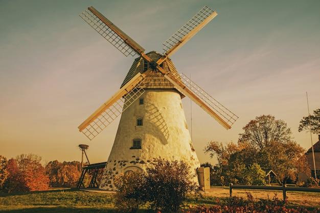 山腹の古い風車を復元しました。秋の晴れた日。 Premium写真