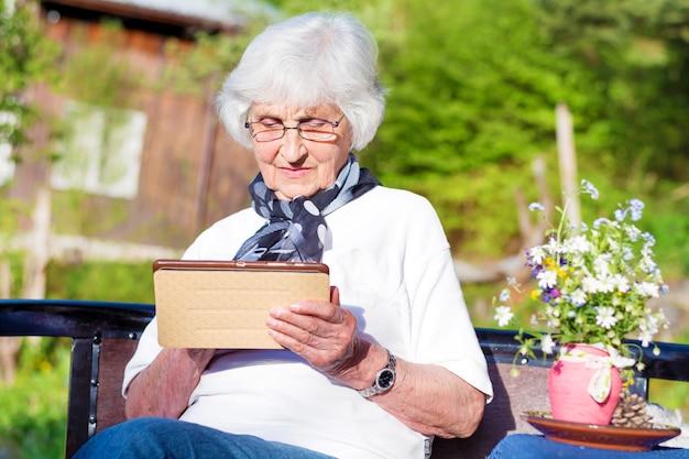 Donna pensionato possesso borsetta Foto Gratuite