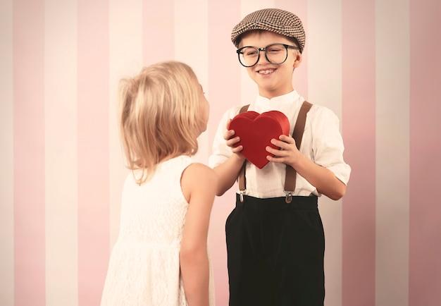 彼の愛に心を与えるレトロな少年 無料写真