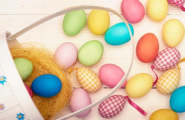 Retrò cesto di pasqua e uova di pasqua colorate Foto Gratuite