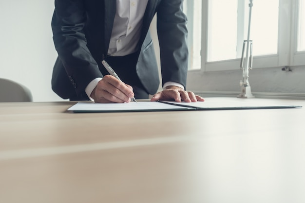Ретро-образ адвоката, подписывающего завещание Premium Фотографии