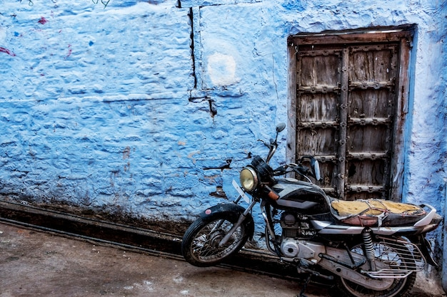 Retro motorbike in blue city, jodhpur india Free Photo