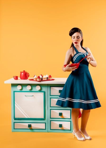 キッチンでレトロなピンナップガール 無料写真