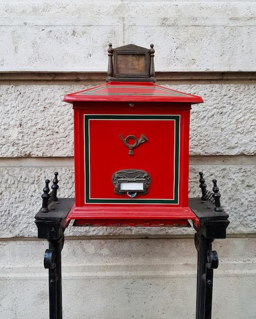 路上でレトロな赤いハンガリーのメールボックス Premium写真