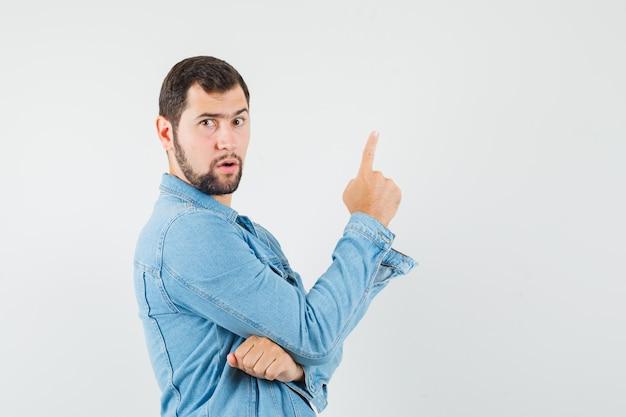 레트로 스타일의 남자 재킷, T- 셔츠를 가리키고 초점을 맞춘 찾고, 전면보기. 무료 사진