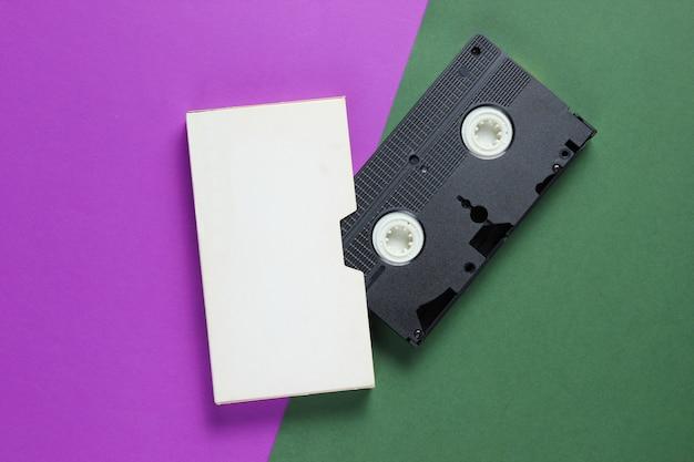 色紙の表面にカバーが付いたレトロなビデオカセット。 Premium写真